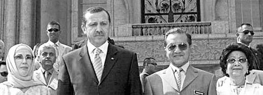 מהתיר ואשתו גלוית הראש לצד ראש ממשלת טורקיה ארדואן ואשתו המכוסה (צילום מ-2003)