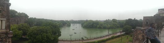תמונה בהחלט לא-אופיינית של דלהי, האגם בהאוז קאס. מיקלט מפני הכרך הסואן מדיי
