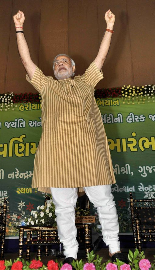 נרנדרה מודי, NaMo בקיצור ההודי המקובל, לבוש ב׳קורטה׳ אופיינית. לסקרי דעת הקהל אי אפשר להאמין, אבל מאות האלפים הנוהרים לאסיפות הבחירות שלו רומזים שיש לו סיכוי לא רע להנהיג את הודו לאחר מאי 2014
