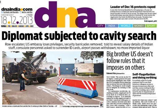 """""""חיפוש נקבים על גופה של דיפלומטית הודית״, מכריזה הכותרת הראשית בעתון הזה, המופיע במומבאיי (שמונה-עשר בדצמבר 2013)"""