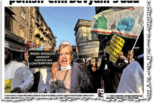 הפגנה אנטי-אמריקאית של רדיקלים מוסלמים במומבאיי מציעה לממשלת הודו לעצור ״בן-זמן אמריקאי״. הכוונה כנראה למישהו המקביל מבחינת מעמדו לקונסולית שנעצרה בניו יורק. אחד השלטים בהפגנה הזו (נראה חלקית מימין) מציע להחיל על דיפלומטים אמריקאיים את החוק המחודש נגד הומוסקסואלים, מפני שהרי הכול יודעים שזרים דקדנטיים ואויבי-הקוראן מוכרחים להיות הומוסקסואלים (גזיר מן העתון DNA, המופיע במומבאיי, תשעה-עשר בדצמבר 2013)
