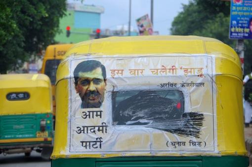 סמל המטאטא של ״יאיר לפיד״ ההודי. ארווינד קג׳ריוואל, מנהיג ״מפלגת האדם הפשוט״, מרוח על שימשתה של מונית-ריקשה בדלהי (צילום: יואב קרני)