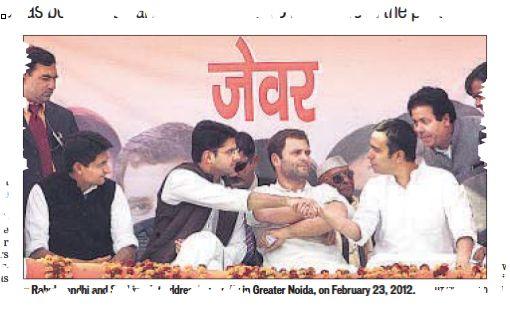 ישחקו הנערים לפנינו: ראהול (מזוקן, באמצע) בחברת צעירי מפלגתו בעצרת ליד דלהי. מימינו, באפודה כהה, נראה צעיר מבטיח אחר, סאצ׳ין פאיילוט, צעיר חברי הממשלה (בן 36). הנעורים זולגים מהם, אבל נראה שהנעורים עומדים לפנות נגד מפלגתם. (גזיר מן העתון Hindustan Times, 23 בפברואר 20014)