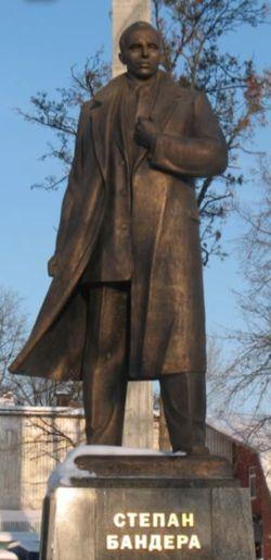 רק סטיפאן באנדרה היה חסר להם. אנדרטא לזכרו בלביב (לבוב), במערב אוקראינה, מעוזם של הלאומנים