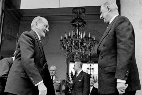 רנה קוטי ממנה את שרל דה גול לראש הממשלה, דצמבר 1958