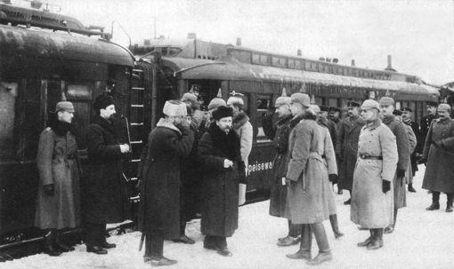 המשלחת הסובייטית מגיעה לברסט-ליטובסק. הגרמנים מקבלים את פניה בקסדות מחודדות. בברסט-ליטובסק, ב-1918, ויתרו הבולשביקים על חלקים עצומים של רוסיה, כדי לזכות בשלום, כדי להישאר בשלטון. למזלם, מישהו אחר הביס את גרמניה לפני תום השנה, והרוסים היו חופשים לקרוע את ברסט-ליטובסק לגזרים