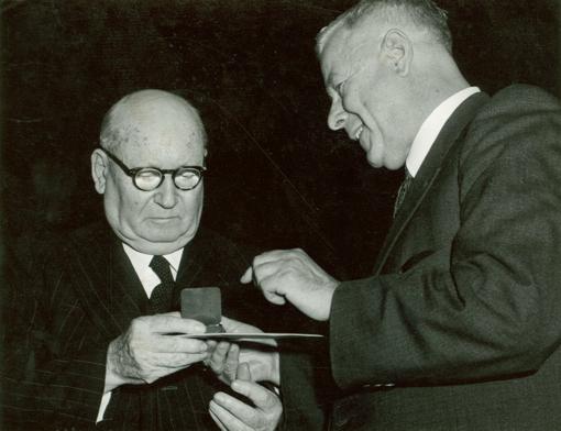 הם השתמשו במלה הולנדית תמימת-מראה, ״בנפרד״. הם הנחילו לאוצר הגידופים העולמי את אחת המליםה איומות ביותר בו, ״אפרטהייד״. שני האבות המייסדים של הסדר האפריקנרי בן חצי המאה: ראש הממשלה דניאל מאלאן (1954-1948) משמאל, וראש הממשלה הנדריק פֶרווּרד (1966-1958) מימין, האבות המייסדים של האפרטהייד