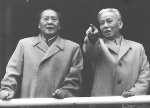 יום אחד אני אוריד לו את האצבע. מאו צה טונג בחברת הנשיא ליו שאו צ׳י, בצילום ללא תאריך, כנראה מסוף שנות ה-50. ב-1967 נגרר ליו ברחובות בייג׳ינג בידי חברי המשמרות המהפכניים. מאו ואשתו ניהלו את תהליך השפלתו ועינוייו של ליו