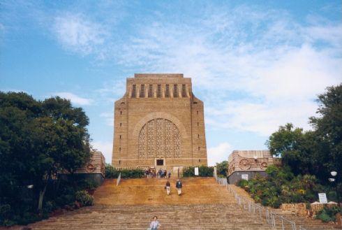 המאוזיליאום הענקי של ה'פוֹרְטְרֶקֶרְס', החלוצים האפריקנריים שיישבו את הערבות השוממות של דרום אפריקה במאה ה-18 ובמאה ה-19.  זה היה בית המקדש של האפרטהייד. עכשיו זו מצבה על קברה של תנועה לאומית, שרצתה הכול ונשארה בלא כלום