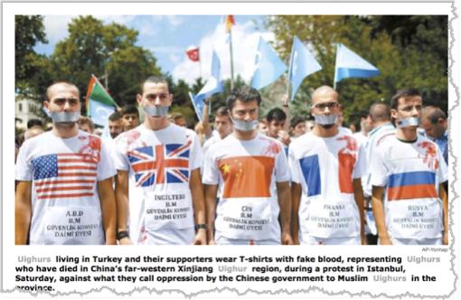 בני הפזורה האויגורית מוחים באיסטנבול על השתקת בני עמם, הם לבושים בחולצות המייצגות את ארצות מושבם, מוכתמות באדום לסמל את הדם האויגורי, שהסינים שופכים